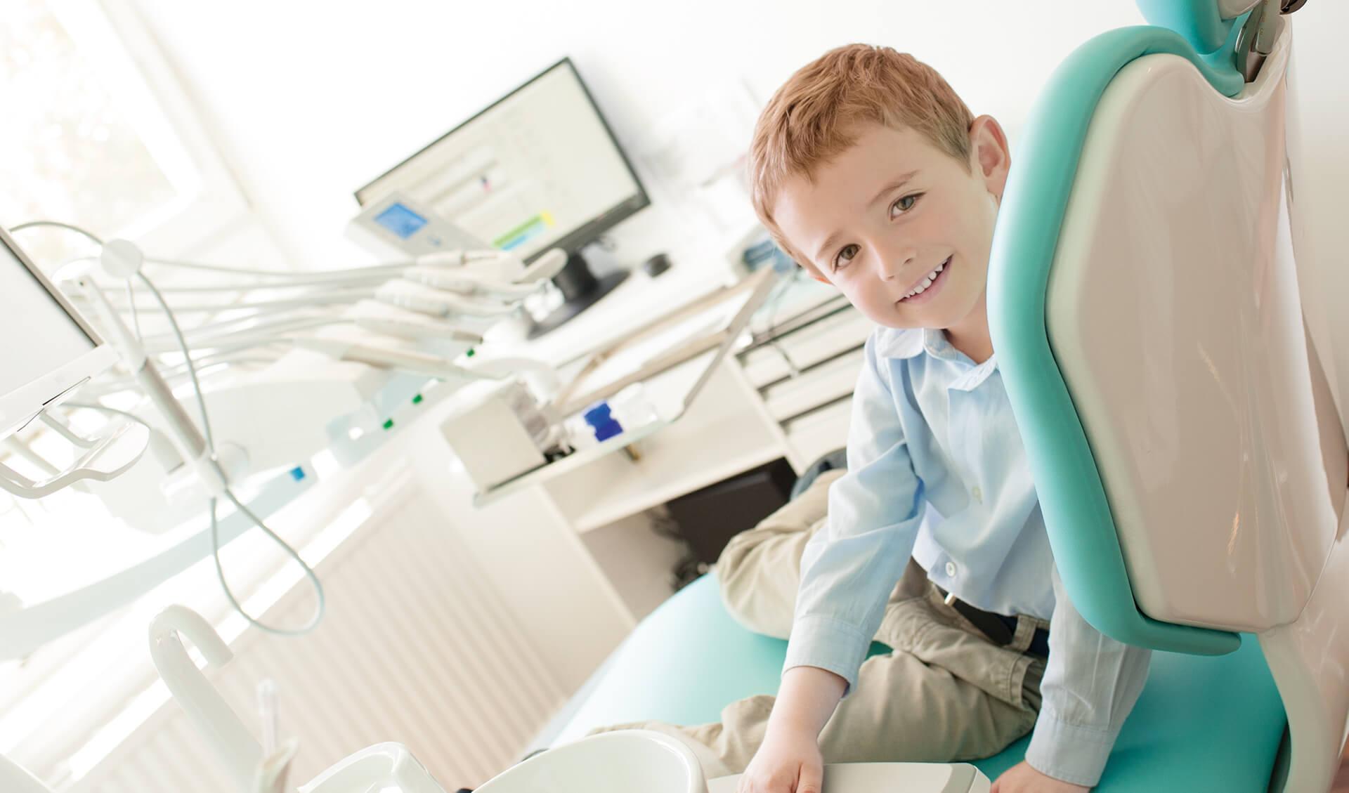 Ordination Zahnarzt 23 Benny auf Stuhl