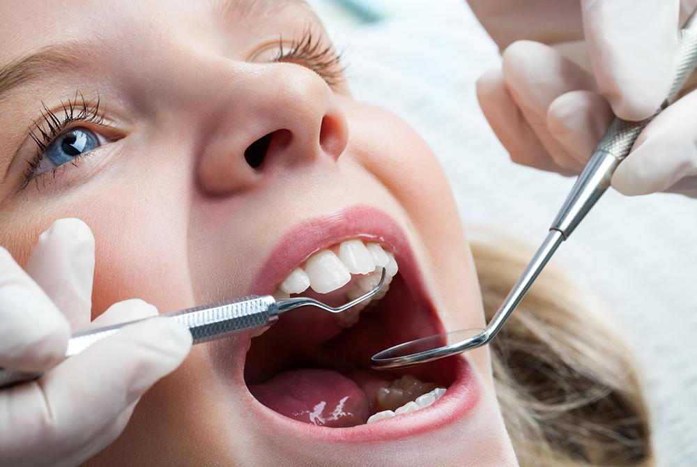 Junges Mädchen beim zahnarztbesuch